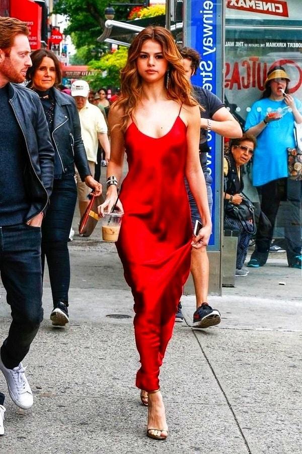 Красивая девушка в красном блестящем платье