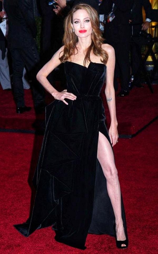 Анджелина Джоли в черном стильном платье