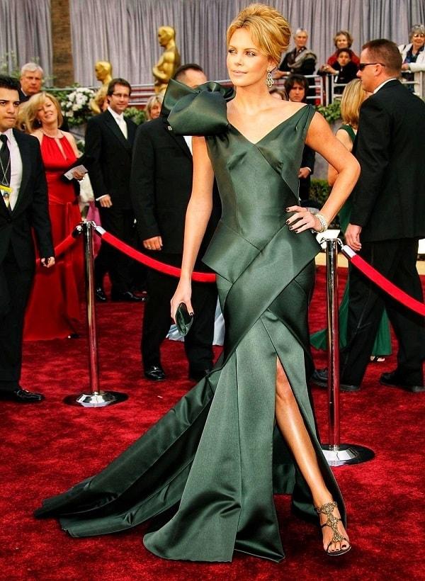 Женщина в необычном платье и обуви