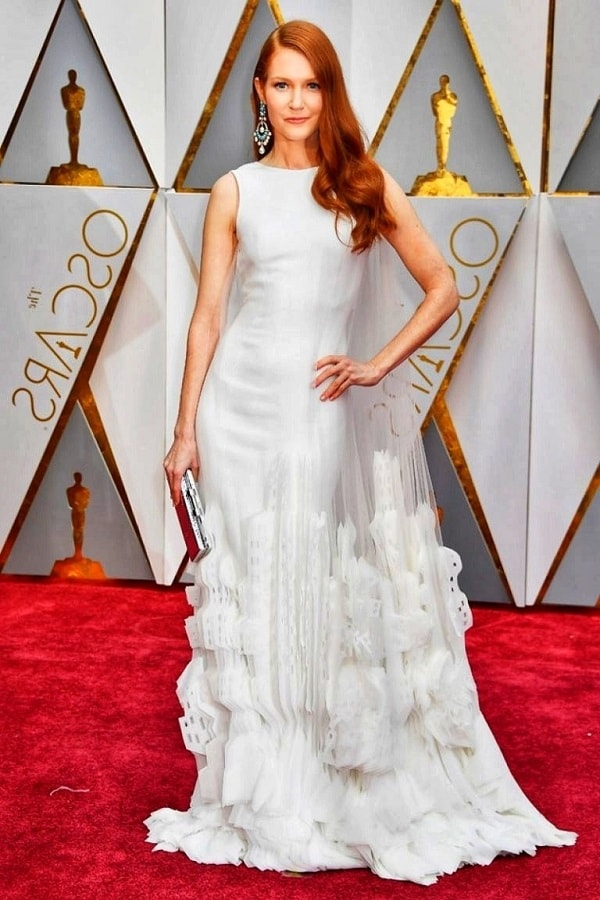 Девушка в белом пышном платье макси
