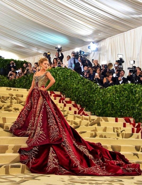 Женщина в роскошном длинном вечернем платье