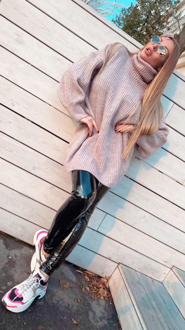 девушка в лосинах и тунике