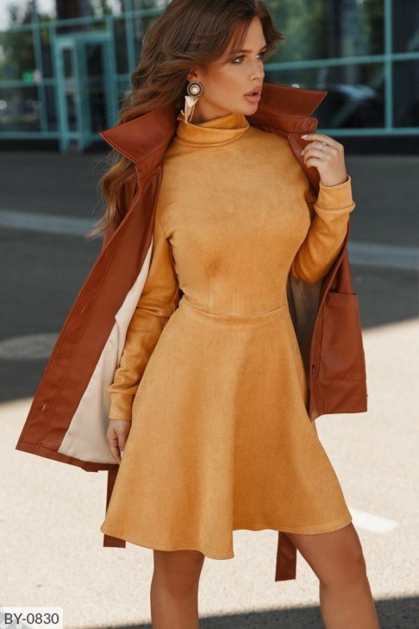 расклешенное платье горчичного цвета
